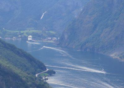 Fjord mit Kreuzfahrschiff